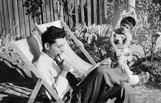 Šesťročný Hanif so svojim otcom v záhrade