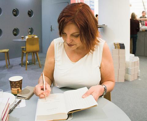 Spisovateľka podpisuje knihu